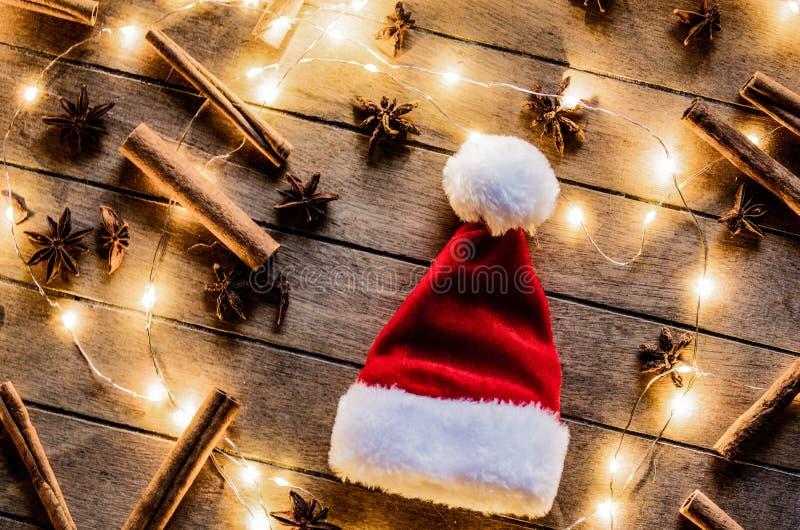 Шляпа Санта Клауса и света Fariy стоковые изображения
