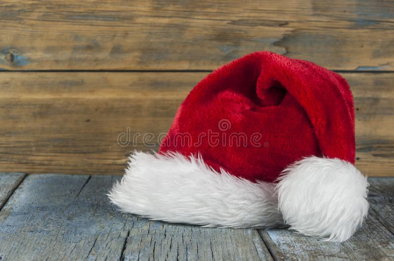 Шляпа Санта Клауса на деревянном столе стоковые фото