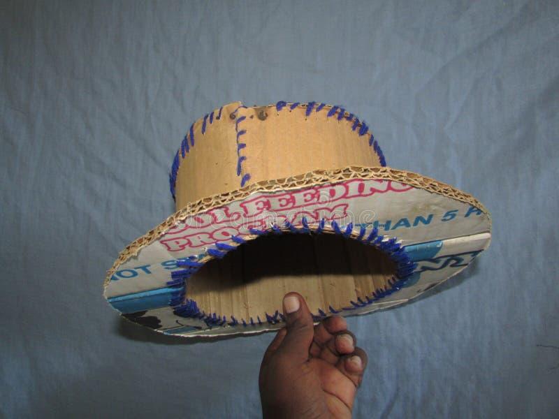 Шляпа сделанная из ненужных коробок стоковые фото