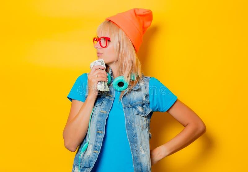 Шляпа ультрамодной девушки оранжевая с деньгами стоковые изображения rf