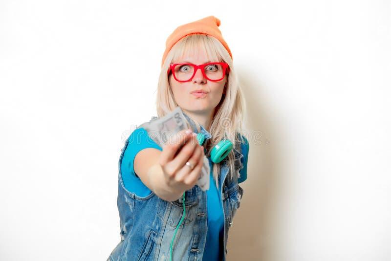 Шляпа ультрамодной девушки оранжевая с деньгами стоковые фото