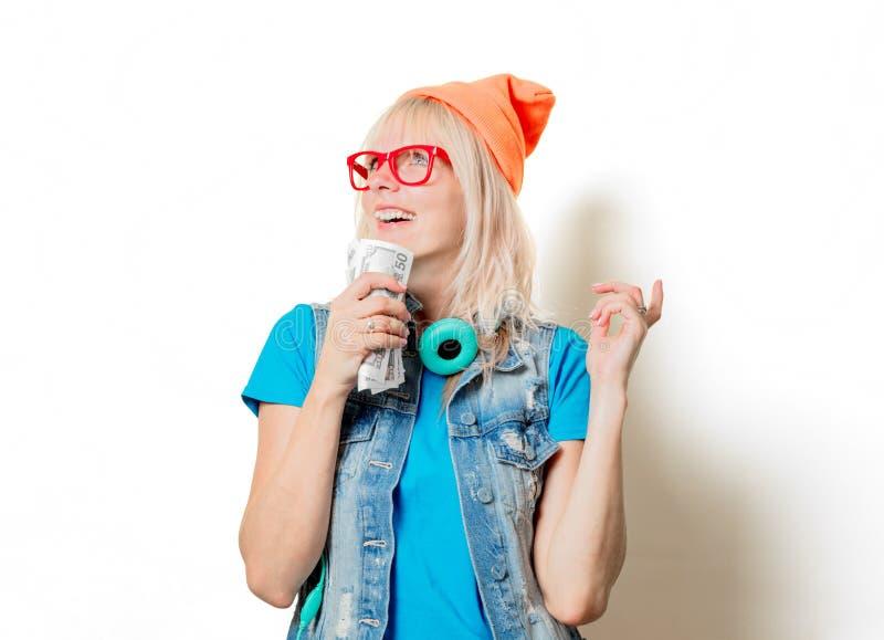 Шляпа ультрамодной девушки оранжевая с деньгами стоковые фотографии rf