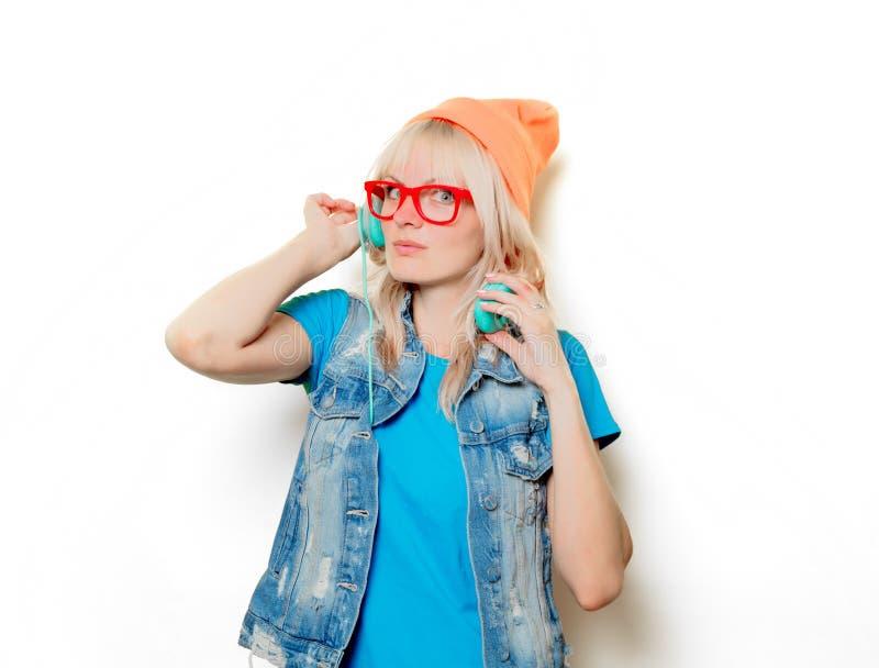 Шляпа ультрамодной девушки оранжевая с наушниками стоковая фотография rf