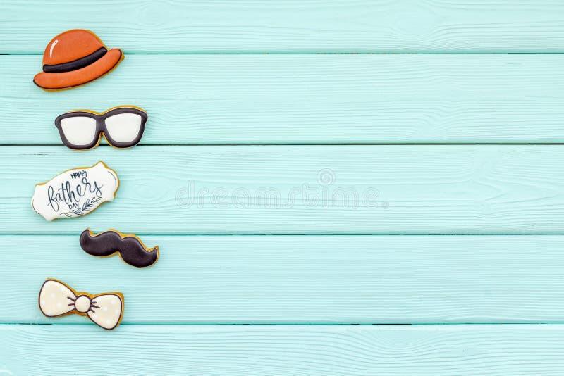 Шляпа, усик, стекла, бабочка и экземпляр для счастливой партии дня отца на космосе экземпляра взгляда сверху предпосылки мяты зел стоковая фотография