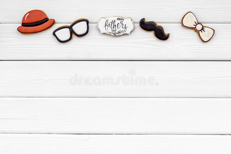 Шляпа, усик, стекла, бабочка и экземпляр для счастливой партии дня отца на белом деревянном космосе экземпляра взгляда сверху пре стоковые изображения rf