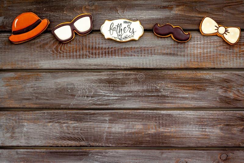 Шляпа, усик, стекла, бабочка и экземпляр для счастливой партии дня отца на деревянном космосе экземпляра взгляда сверху предпосыл стоковое изображение rf