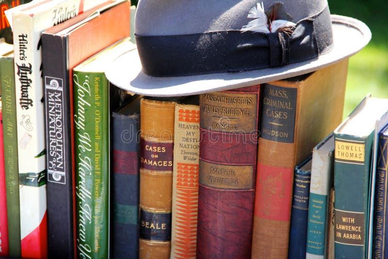 Шляпа na górze книг стоковые фото