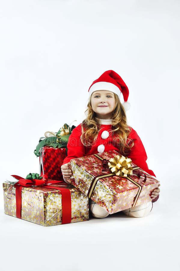 Шляпа santa платья маленькой девочки красная с подарком на белой предпосылке стоковые изображения rf