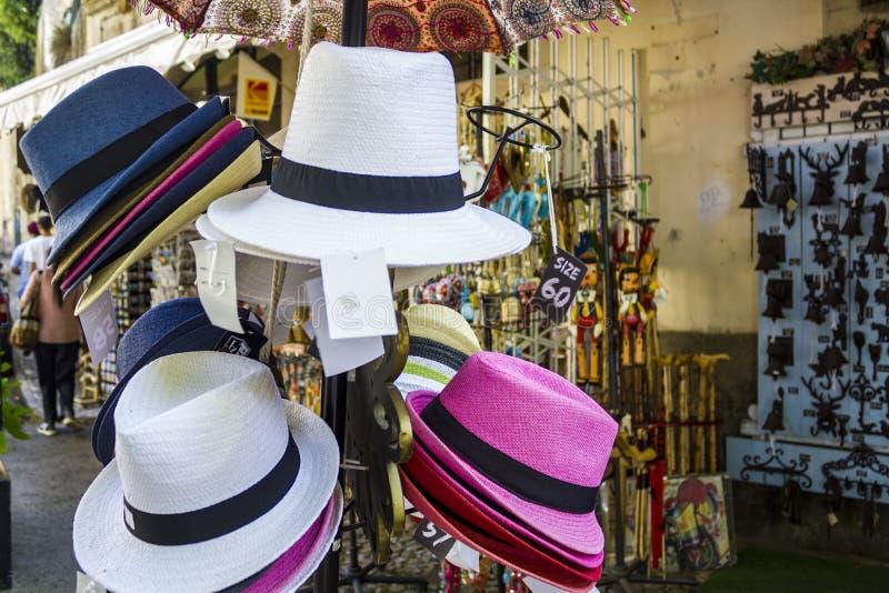 Шляпы для продажи в сувенирном магазине стоковое фото rf