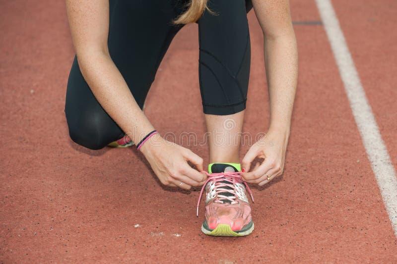 Шнуровать вверх по ботинкам для спринтов стоковая фотография rf