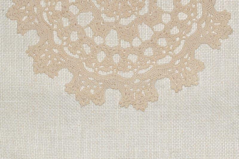 Шнурок вязания крючком на linen предпосылке стоковое изображение