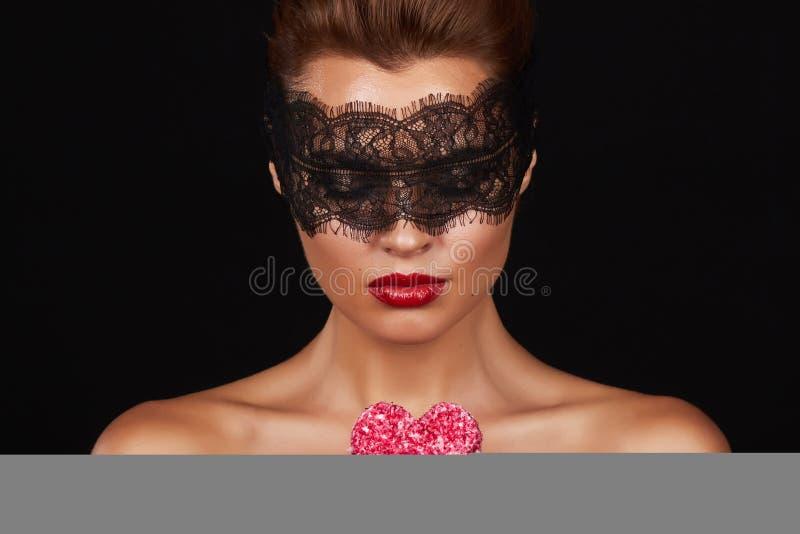 Шнурок красивой сексуальной женщины темный на глазах с формой торта сердца стоковая фотография