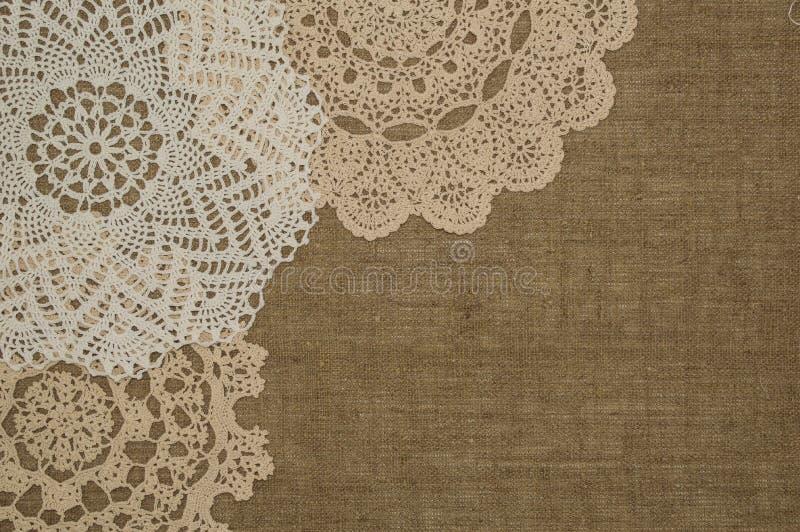 Шнурок doily/вязания крючком на linen предпосылке стоковое изображение