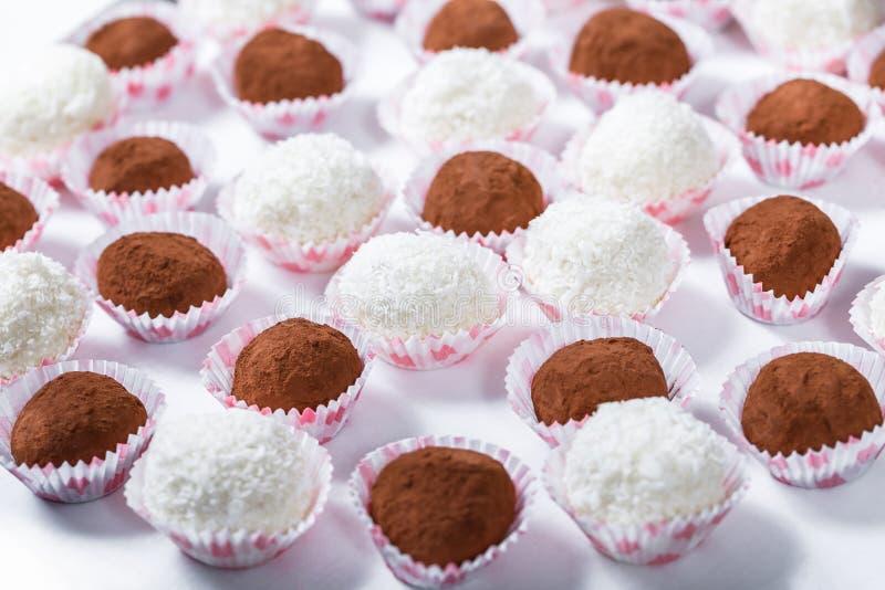 Шоколадный батончик Таблица приема по случаю бракосочетания с помадками, конфетами, десертом стоковая фотография rf
