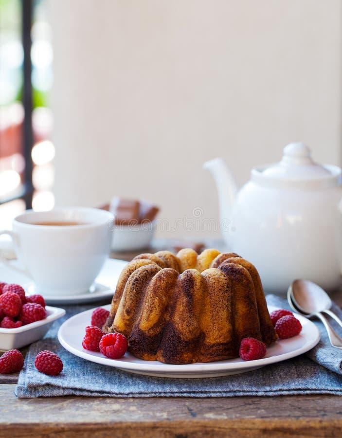 шоколадный мраморный булочек с чашкой чая на деревянном столе Копировать пространство стоковые изображения