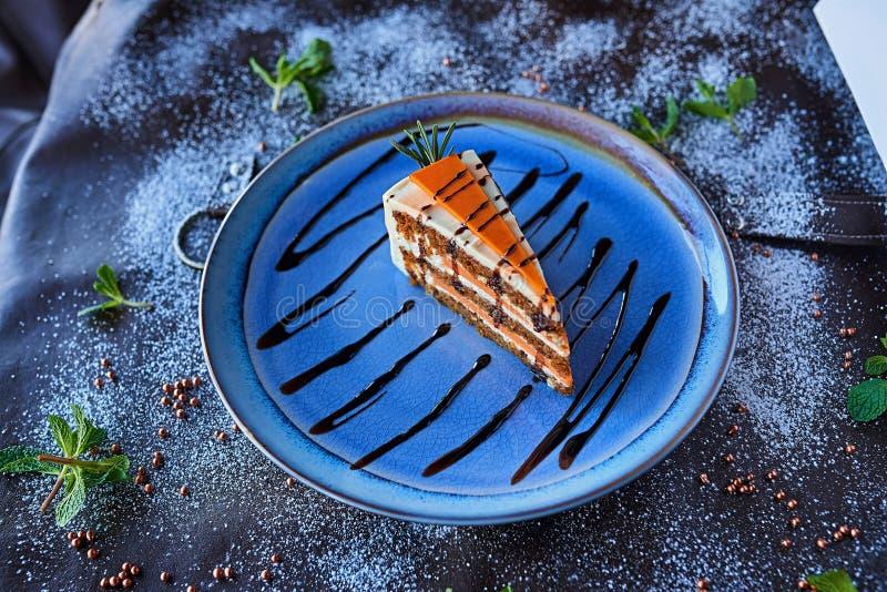 Шоколадный торт в напудренном сахаре стоковые изображения
