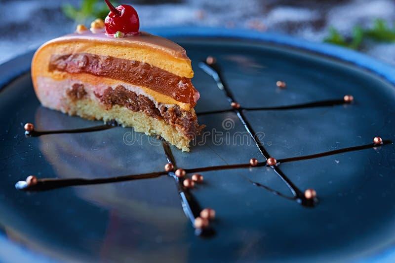 Шоколадный торт в напудренном сахаре стоковые фото