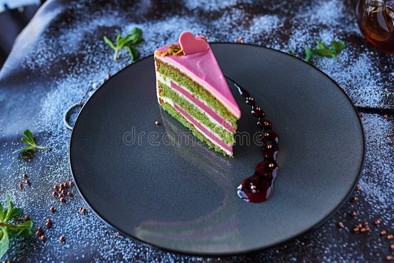 Шоколадный торт в напудренном сахаре стоковое изображение rf