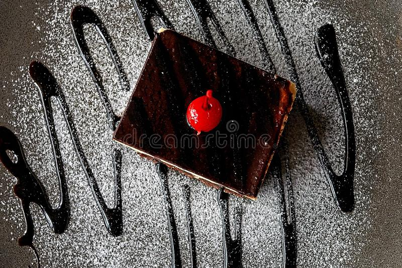 Шоколадный торт в напудренном сахаре стоковая фотография rf