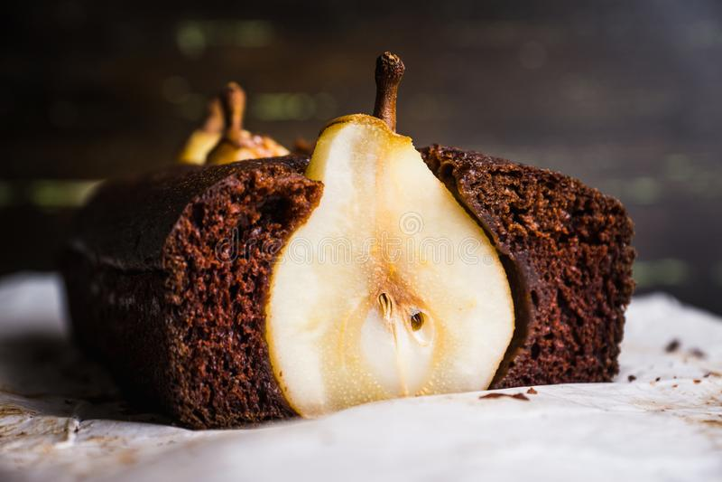 Шоколадный торт груши на деревенской предпосылке стоковые изображения rf