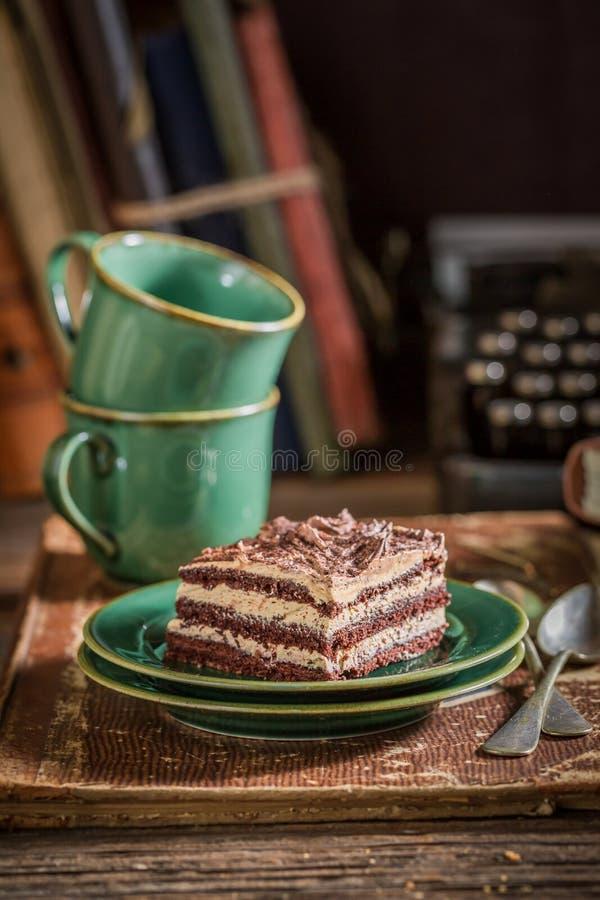 Шоколадный торт и кофе на столе писателя стоковые фото