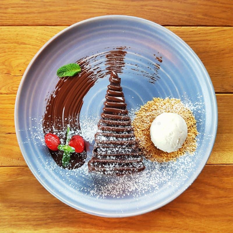 Шоколадный торт и мороженое рождества стоковое изображение rf
