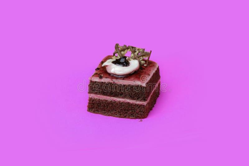 Шоколадный торт на розовой предпосылке стоковые изображения