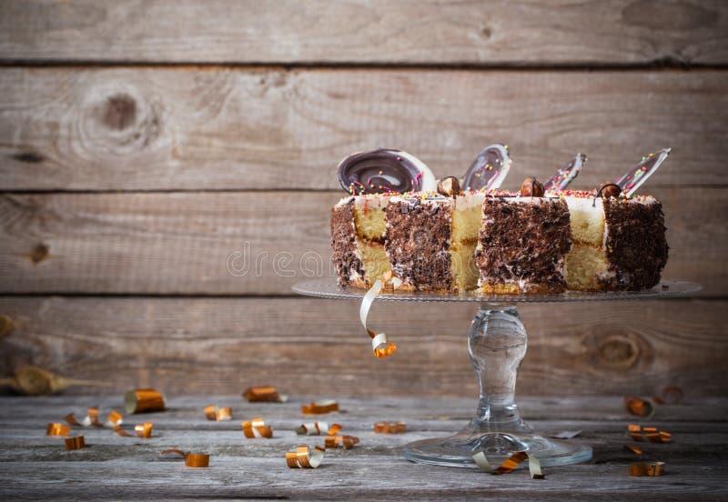 Шоколадный торт на старой деревянной предпосылке стоковые фотографии rf