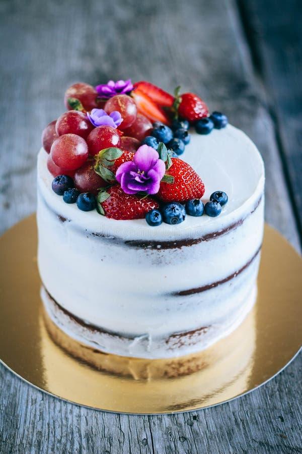 Шоколадный торт при сметанообразная украшенная сливк стоковое фото