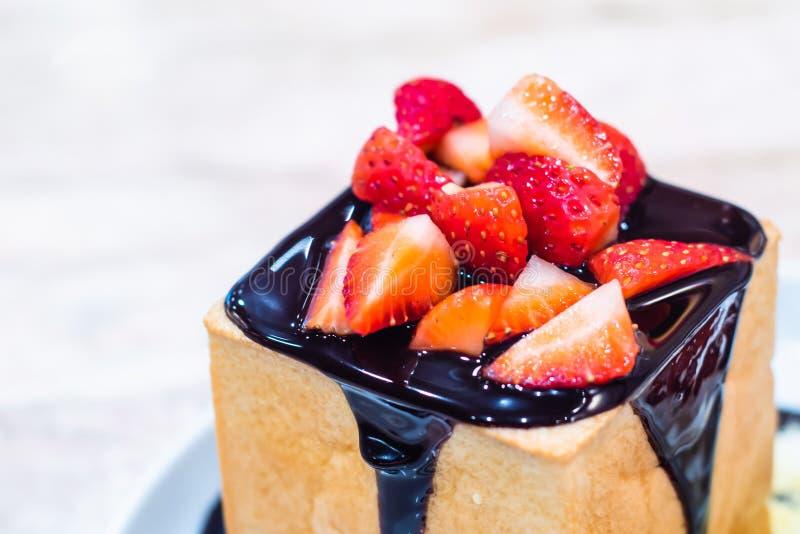 Шоколадный торт со свежей клубникой на белой предпосылке стоковые изображения