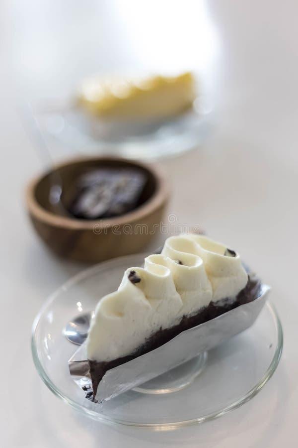 Шоколадный торт с белой сливк стоковая фотография
