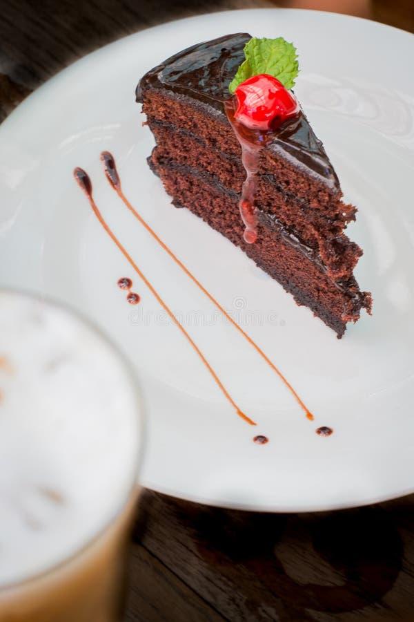 Шоколадный торт с вишнями соответствующий для еды с кофе стоковые изображения
