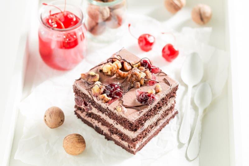 Шоколадный торт с грецкими орехами и вишней стоковые фото