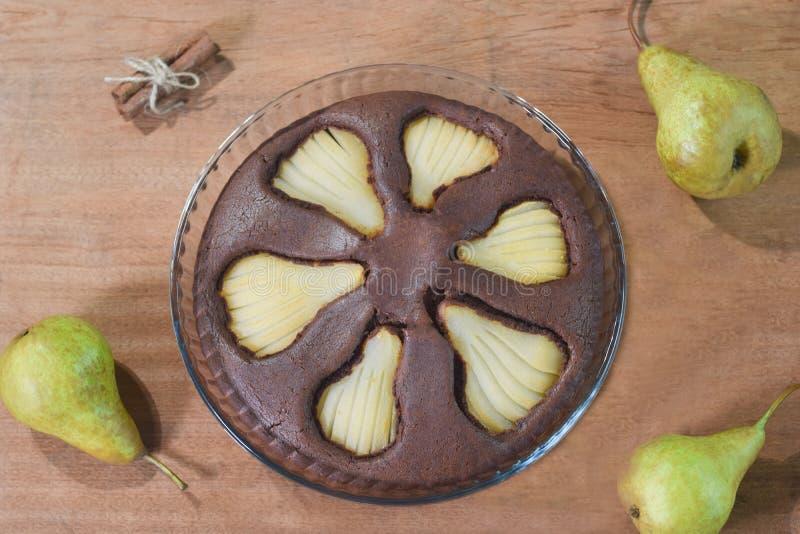 Шоколадный торт с грушами и циннамоном на деревянном backgroundю стоковые фотографии rf