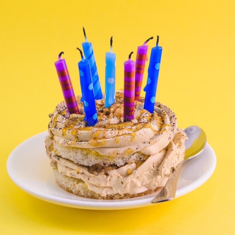 Шоколадный торт с сливк и сериями свечей стоковые фото