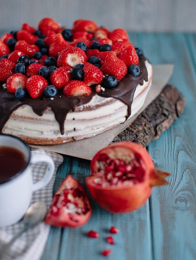 Шоколадный торт с ягодами и мятой на стойке стоковые изображения rf