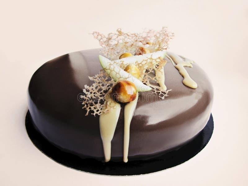 Шоколадный торт Яблока и карамельки ореховый на белой предпосылке стоковое фото rf