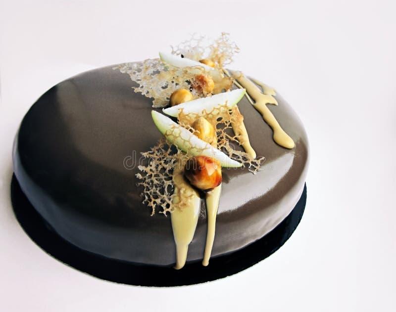 Шоколадный торт Яблока и карамельки ореховый на белой предпосылке стоковые изображения
