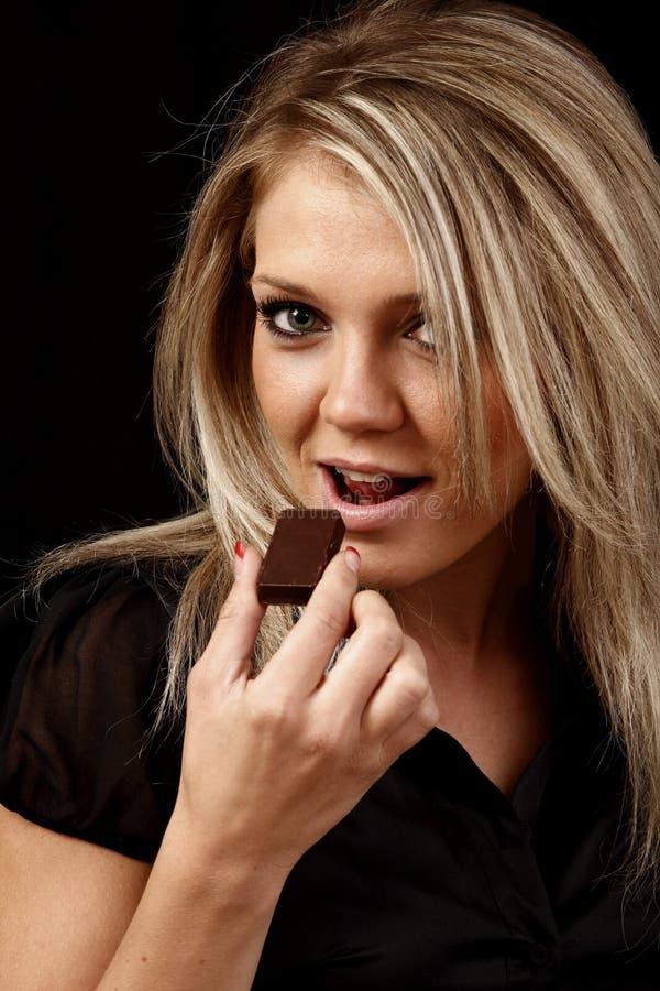 шоколад есть женщину стоковая фотография rf