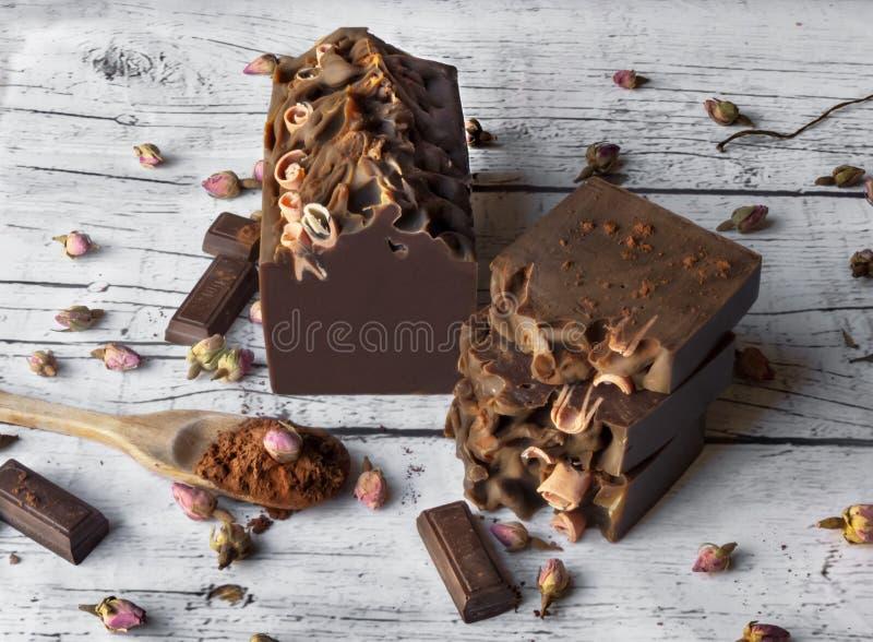 Шоколад и мыло бара роз на белой деревянной предпосылке стоковые фотографии rf