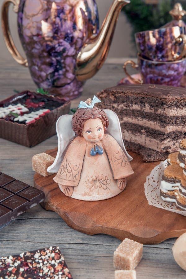 Шоколад - коричневое пирожное с грецкими орехами, циннамоном и медом на таблице рождества стоковая фотография rf