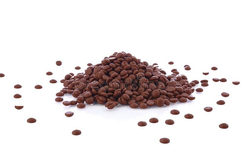 Шоколад откалывает кучу или небольшие конфеты на белой предпосылке стоковое фото rf