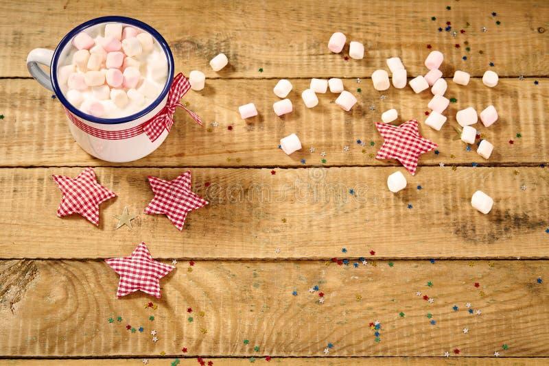 Шоколад рождества с зефирами и пряниками на старом деревянном столе стоковая фотография rf