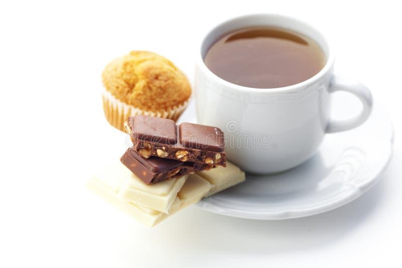 Шоколад, чай и булочка изолированные на белизне стоковая фотография rf