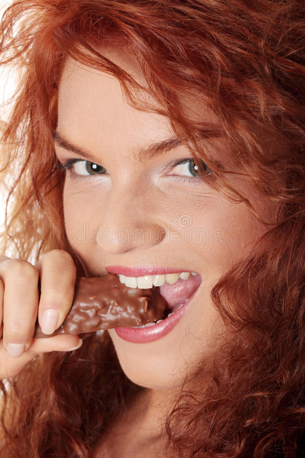 шоколад штанги есть женщину стоковое фото