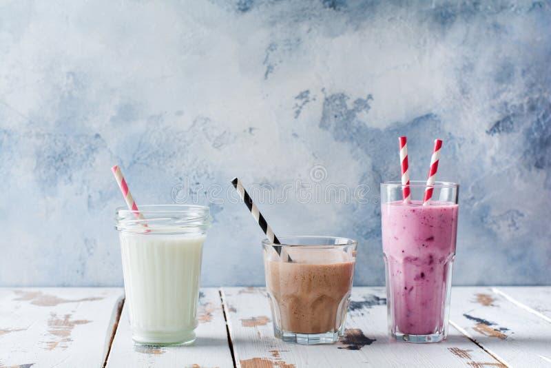 Шоколад, ягода и ванильный напиток smoothie Концепция потери веса, фитнеса, здорового образа жизни стоковые фотографии rf