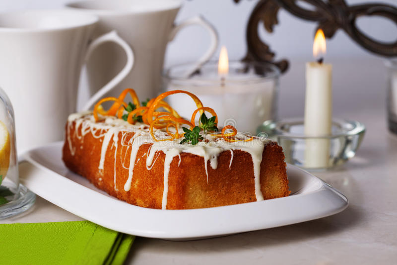Шоколад еды торта сливы белый, оранжевый пыл, тимиан стоковая фотография