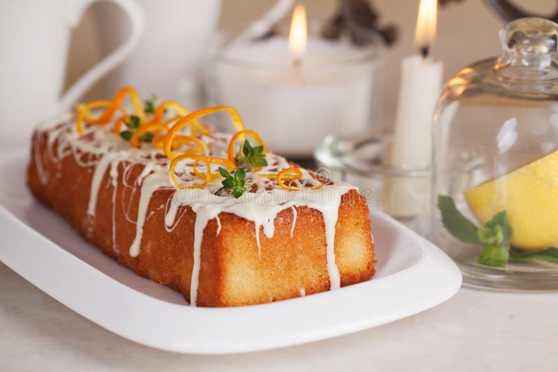 Шоколад еды торта сливы белый, оранжевый пыл, тимиан стоковые изображения