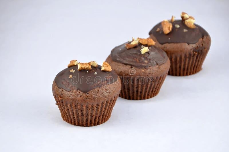 3 шоколад - коричневые булочки в линии десерте стоковые фотографии rf
