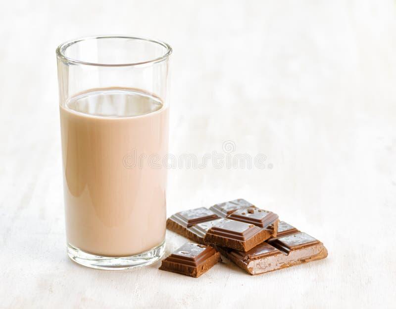 Download Шоколадное молоко и шоколад на белом деревянном столе Стоковое Фото - изображение насчитывающей жидкость, вполне: 33735878